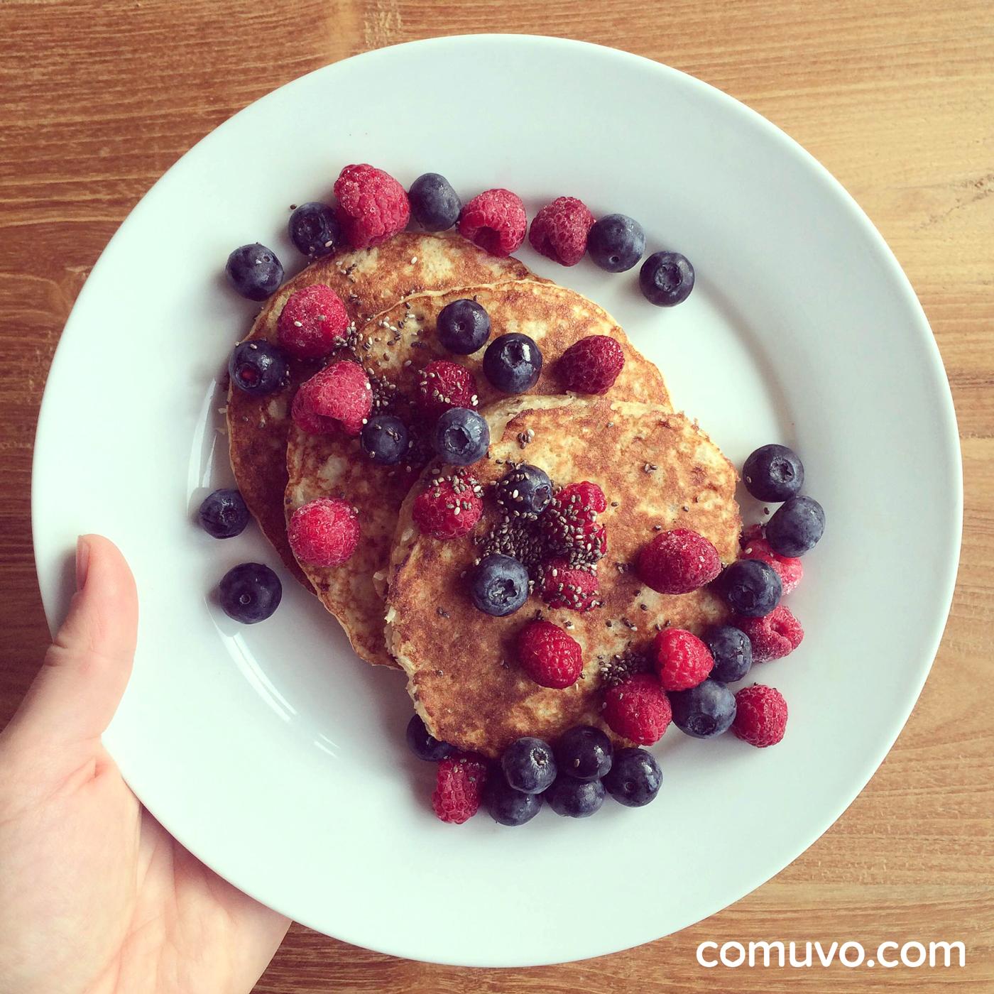 Rezept gluten- und zuckerfreie Banana-Pancakes & Overnight Oat Schoko Banane | comuvo