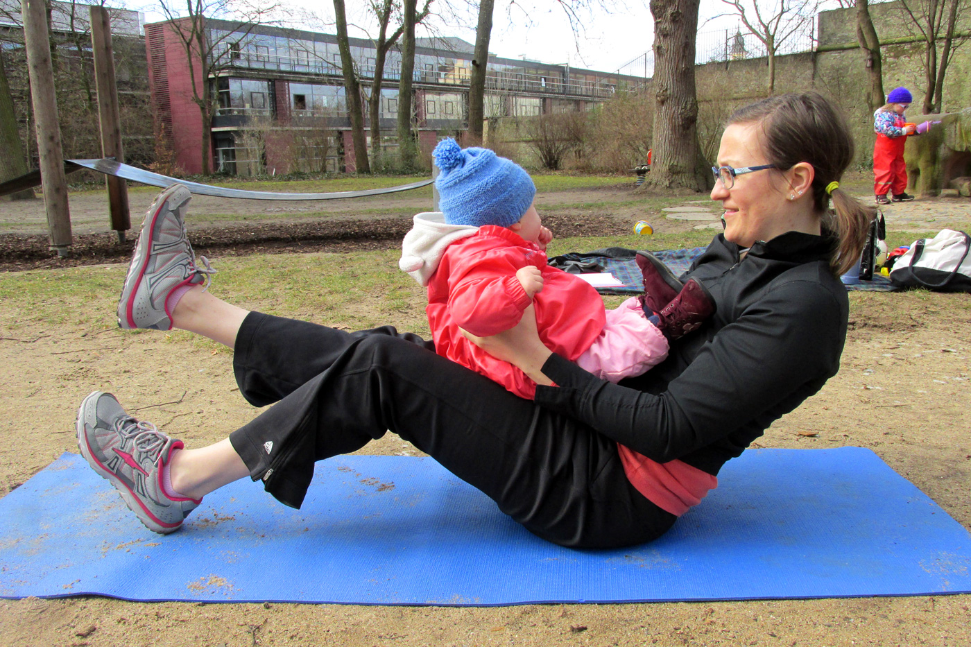 Workout mit Kind | Beinheben | comuvo