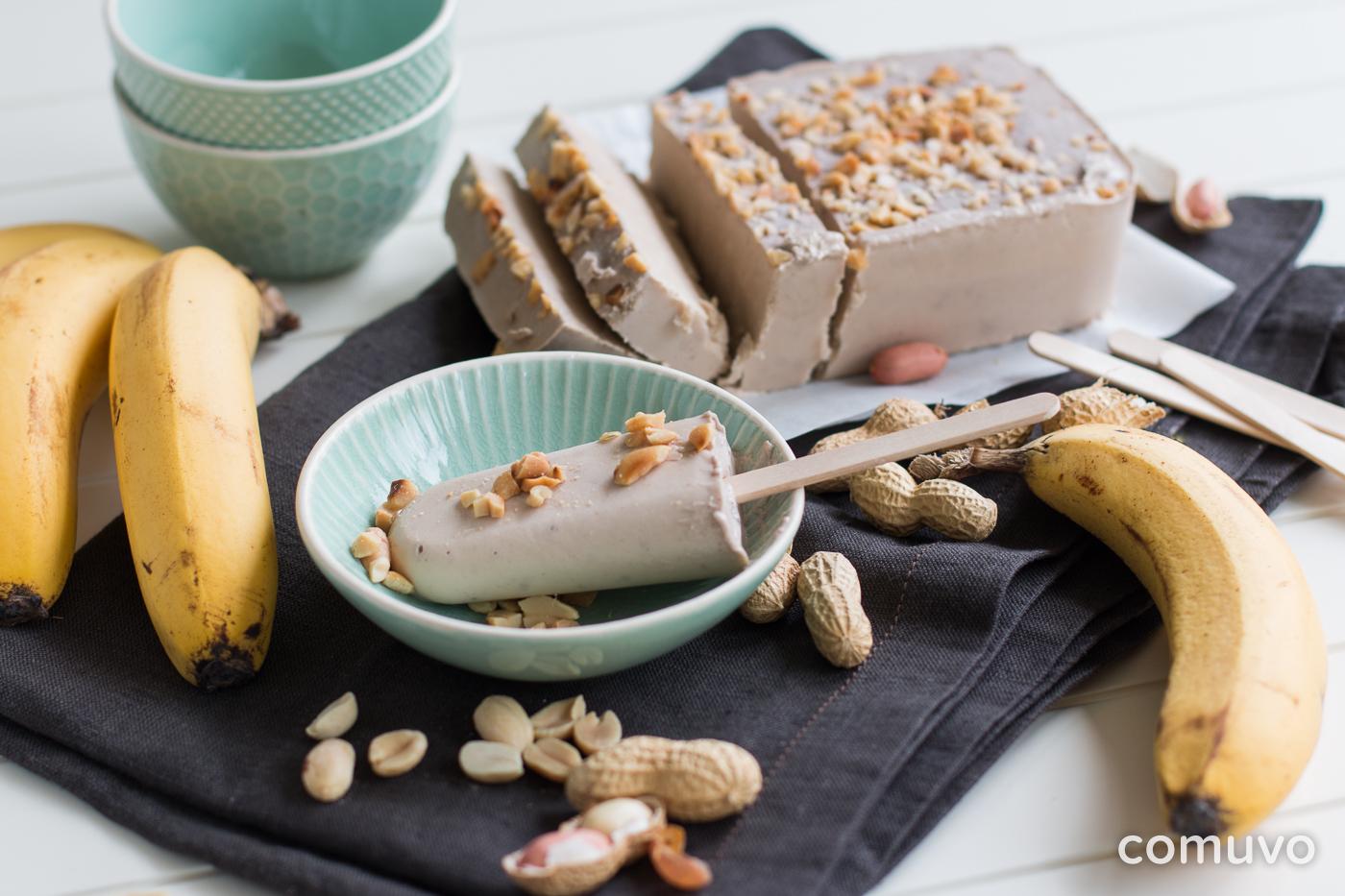 Selbstgemachtes Joghurteis ohne Zucker mit Erdnussmus und Banane | comuvo Blog